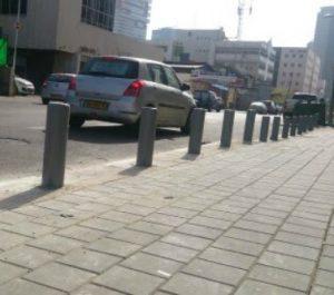 עמוד חסימה לרכב המשמש חוצץ בין הכביש לקצה המדרכה